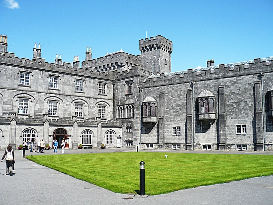Kilkenny Castle courtyard - Public Domain Photograph